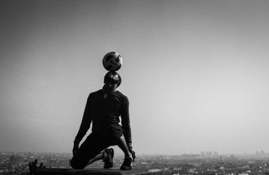 Football performer at Le Sacre Coeur, Paris © Daniel Lewis 2013